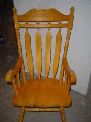 Chaise ber ante marchandise articles de b b enfant for Chaise bercante en bois massif